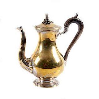 Tetera. Francia, siglo XX. Elaborada en metal dorado. Sellada Christofle. Con tapa abatible y decorada con elementos florales.