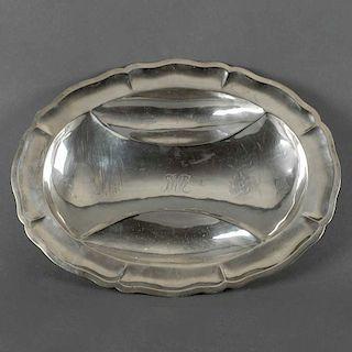 Charola. México, siglo XX. Elaborado en plata Sterling, ley 0.925. sellado Conquistador. Diseño oval.. Con 3 cuencos botaneros.
