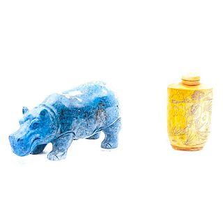 Hipopótamo y snuff bottle. Siglo XX. Elaborado en lapizlázuli y talla en hueso con esgrafiados en tinta negra. Piezas: 2