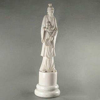 Sabio oriental. Siglo XX. Talla en alabastro con bases de mármol blanco. A 3 cuerpos. 112 cm de altura.