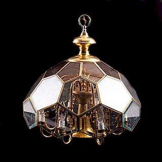 """Candil. Siglo XX. Elaborado en estructura de metal dorado tipo vitral, con pantallas de cristal. Con brazos tipo """"S""""."""