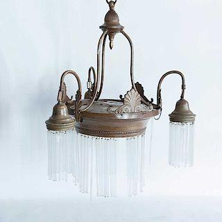 Lámpara de techo. Siglo XX. Elaborada en metal laqueado. Electrificada para 4 luces. Decorada con veneras, y popotillos de cristal.