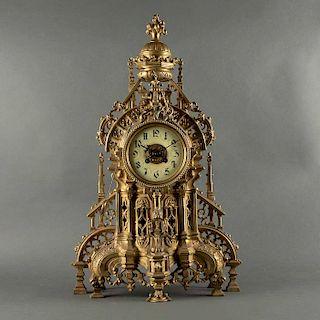 Reloj de chimenea. Francia, principios del siglo XX. Estilo Gótico.Diseño de catedral. Elaborado en bronce dorado. Mecanismo de cuerda.