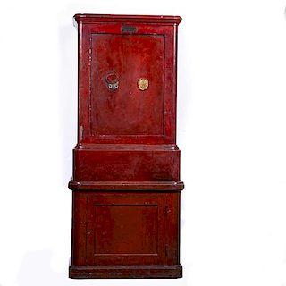 Caja fuerte. Francia, Ca. 1900. Marca Fichet Breveté. Elaborada en acero color rojo con base de madera. Con puerta frontal abatible.