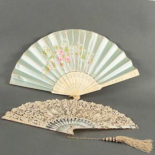 Lote de abanicos. Siglo XX. Elaborados en marfilina y madre perla. Decorados con bordados y pintados a mano con motivos florales.Pzs:2