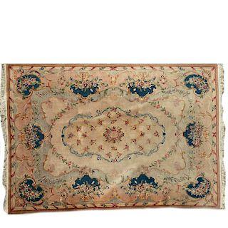 Tapete. China, siglo XX. Estilo Aubusson. Anudado semi-industrial en fibras de lana y algodón. Decorado con motivos florales.