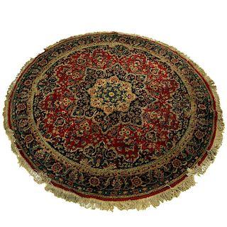 Tapete. Siglo XX. Estilo Mashad. Diseño circular. Elaborado en fibras de lana y algodón. Decorado con motivos ogánicos.