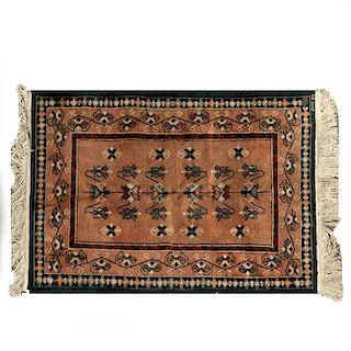 Tapete. México, siglo XX. Estilo Temoaya. Anudado a mano en fibras de lana. Decorado con motivos geométricos sobre fondo naranja.