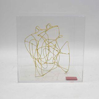 Eduardo Nasta. Rana. Elaborada en alambre metálico, con recubrimiento en esmalte amarillo. Firmada. Con vitrina.