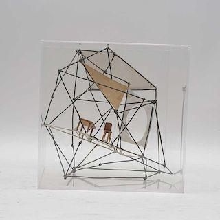 Eduardo Nasta. Silla miniatura en estructura. Elaborada en madera y metal. Seriado 4/14. Firmado. Con vitrina de acrílico.