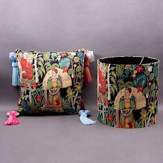 Conjunto de pantalla para lámpara y cojín. México, S.XX. Esencia de Frida. De la marca Mantua. Elaborado en algodón de popelina.Pzs: 2
