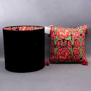 Conjunto de pantalla para lámpara y cojín. México, S.XX. Sueño Mixteco. De la marca Mantua. Elaborado en algodón de polelina.Pzs:2