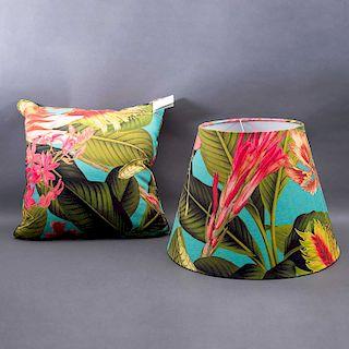 Conjunto de pantalla para lámpara y cojín. México, siglo XX. Crazy Jungle. De la marca Mantua. Elaborados en algodón de popelina.Pzs:2