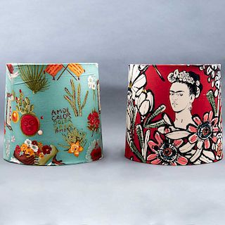 Par de pantallas. México, siglo XX. Frida Azul y Frida Rojo. De la marca Mantua. Elaboradas en algodón de popelina. Pzs: 2