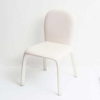 Silla. Italia, 2010. De la firma Poltrona Frau. Modelo Amelip. Con tapicería de piel color blanco.