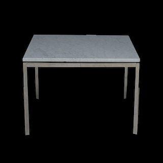 Florence Knoll para Knoll. Años 70. Mesa de lateral. Estructura de metal cromado. Con cubierta cuadrangular de mármol blanco.
