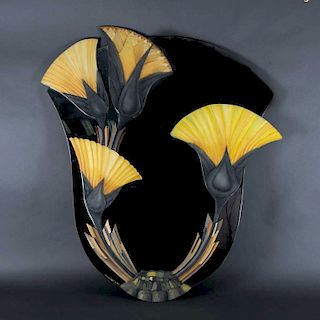 Espejo. Siglo XX. Luna irregular con aplicaciones de motivos florales en resina. 98 x 86 cm
