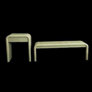 Lote de pie de cama y buró. Mediados del siglo XX. Elaborados en madera tallada con detalles de pergamino laqueado. Diseño liso.Pzs: 2