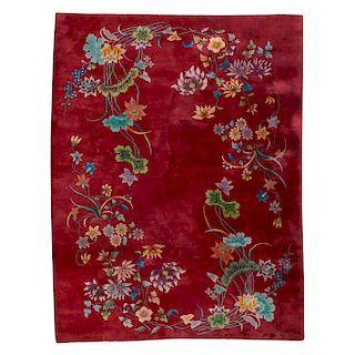 Tapete. China, siglo XX. Estilo Pekín. Elaborada en lana y algodón. Decorado con enramadas florales en colores rosa, verde y naranja.