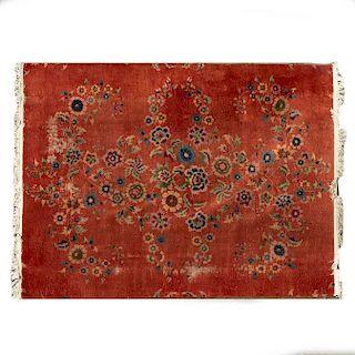 Tapete. Siglo XX. Elaborado en fibras de lana y algodón. Decorado con motivos florales sobre fondo rojo.