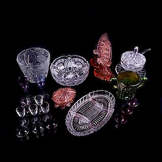 Lote mixto de cristaleria. Méx. sXX. Elaborados en cristal y vidrio. Decorado con diseños mixtilíneos, geométricos y florales. Pzs:22