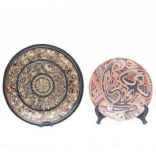 Lote de platos decorativos. México, siglo XX. Consta de: Plato de cerámica de Paquimé plato de Laca michoacana. Piezas: 2
