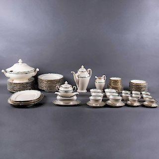 Servicio de vajilla. Alemania, Ca. 1946. Elaborada en porcelana Bavaria Hutschenreuther acabado brillante. Piezas: 109