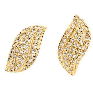 Par de aretes con diamantes en oro amarillo de 14 k Poste y raqueta Peso: 7.6 g. Tamaño: 1.0 x 2.3 cm 90 diamantes cort...