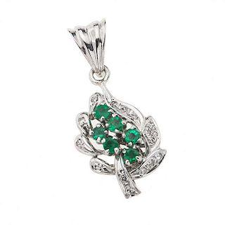 Dije con diamantes y esmeraldas en plata paladio. Con 16 Diamantes corte 8x8 p.a. ~0.10 ct 6 Esmeraldas corte redondo facetado p...
