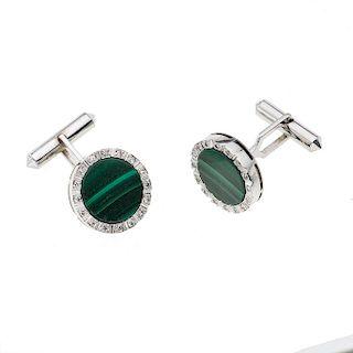 Par de mancuernillas con diamantes y simulantes verdes en plata paladio.  Con 32 Diamantes corte 8x8 p.a. ~0.64 ct Peso: 15.1 g.