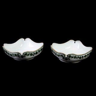 Par de centros de mesa. Alemania, Ca. 1900. En porcelana Meissen. Pintados a mano con guirnaldas de vid y esmalte dorado. Piezas: 2