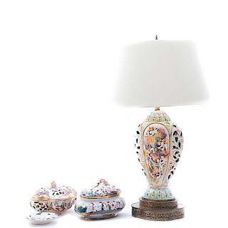 Lámpara de mesa, bomboneras y cenicero. Italia, siglo XX. Elaborados en mayólica policromada Capodimonte. Piezas: 4