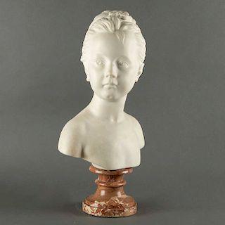 Busto de niña. Siglo XX. Talla en alabastro sobre fuste compuesto y escalonado de mármol café. 46.5 cm de altura.