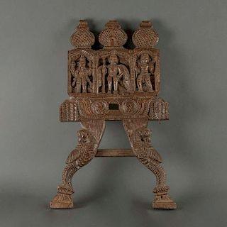 Ganesha e ídolos en arco. India, siglo XX. Estilo Mogol. Talla en madera esgrafiada. Decorada con cúpulas encebolladas y nichos.