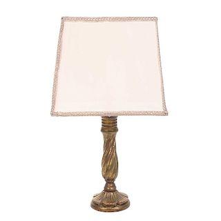 Lámpara de mesa. Siglo XX. Fuste en madera tallada y dorada. Con pantalla de tela color beige. Para 1 luz.