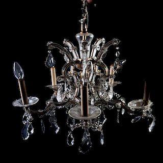 Candil. Siglo XX. Estilo Maria Teresa. Con estructura de metal y cristal. Electrificado para 6 luces. Decorada con cristales facetados.