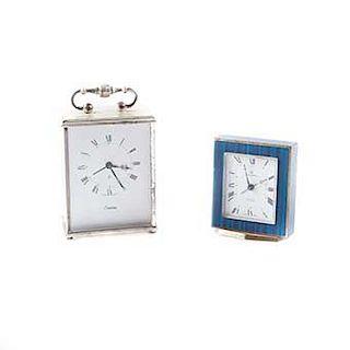 Lote de relojes de mesa. Siglo XX. Diseños de las firmas Swiza y Hamilton. Con carátulas cuadradas metálicas. Funcionales. Piezas: 2