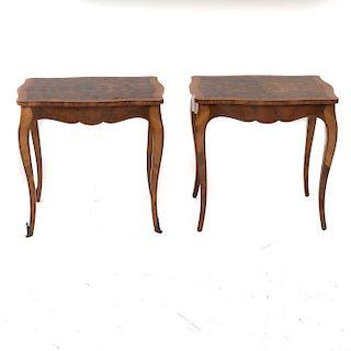 Par de mesas laterales. Siglo XX. Elaboradas en madera tallada y enchapada. Cubierta irregular con soportes semicurvos tipo sable.