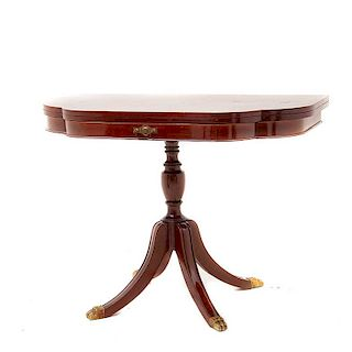 Mesa lateral. Estados Unidos, finales del siglo XIX. Estilo Regencia. Sobre el diseño de Duncan Phyfe. En madera con bronce.