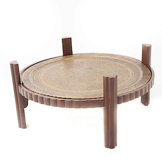 Mesa de centro. Medio oriente, siglo XX. Estructura de madera con cubierta de bronce y superior de vidrio de 17 mm. Con cubiertas circu