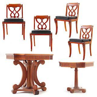 Juego de mesa, mesa lateral y sillas. Siglo XX.  Estilo Regencia. Elaborado en madera tallada. Decoradas con estriados. Piezas: 6
