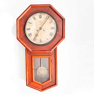 Reloj de pared. Alemania, siglo XX. De la marca E. C. B. Elaborado en madera tallada. Decorada con molduras y 2 puertas abatibles.