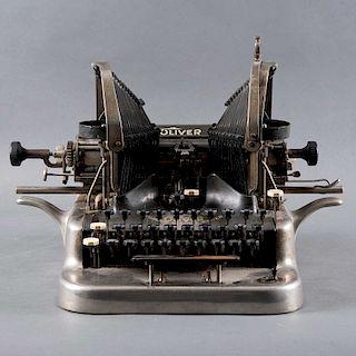 Máquina de escribir. Estados Unidos, primera mitad del siglo XX. De la marca Oliver Typewriter. Elaborada en metal. Mecanismo manual.