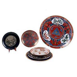 Lote de platos decorativos. Inglaterra, Japón y China, siglo XX Elaborados en porcelana policromada, metal fundido y madera. Piezas: 7
