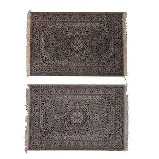 Par de tapetes. Siglo XX. Estilo Mashad. Elaborados en fibras de lana y algodón. Decorados con medallón central sobre fondo gris.Pzs:2