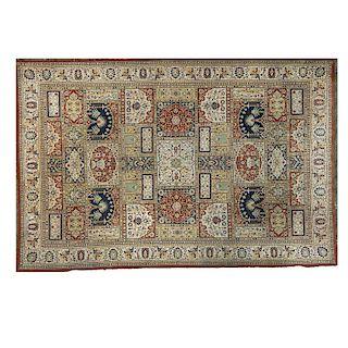 Tapete. Origen Oriental, siglo XX. Elaborado en fibras sintéticas. Decorado con motivos geométricos, florales y vegetales.