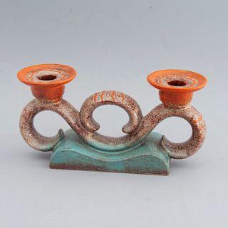 Candelabro. Alemania, años 30. Elaborado en cerámica Carstens Uffrecht, acabado brillante. Para dos luces. Decorado con acantos.