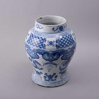 Jarrón. Origen oriental, siglo XX. Elaborado en porcelana con detalles en azul cobalto. Decorado con motivos orgánicos y florales.