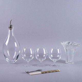 Lote mixto de artículos decorativos. Canada, otros. Siglo XX. Elaborados en cristal y hueso con aplicación de resina. Pzs: 7