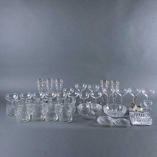 Lote de cristalería. Siglo XX. Elaborados en vidrio prensado y cristal facetado transparente con detalles en esmalte dorado. Pzs: 40